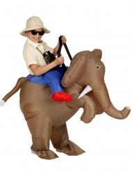 Costume gonfiabile da esploratore sulle spalle di un elefante